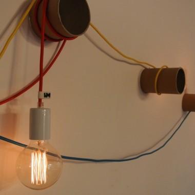 Lampa z tub kartonowych i kolorowych kabli