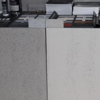 Najpopularniejsze struktury i kolory betonu architektonicznego LUXUM.Po lewej płyta betonowa w klasie INDUSTRIAL - mocno porowata w kolorze szary ciemny cementowy, a po prawej płyta klasy PREMIUM - średnio porowata w kolorze szary jasny cementowy.