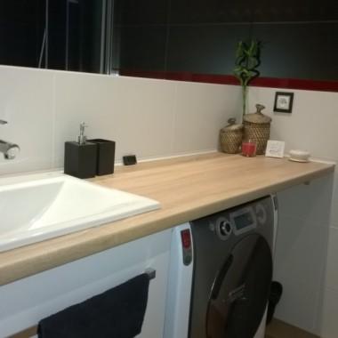 Łazienka oraz pomieszczenie wc zostało zaprojektowana w tej samej tonacji kolorystycznej.