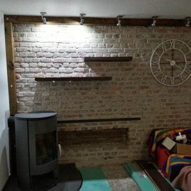 Ceglana ściana w trzech odsłonach oświetlenia