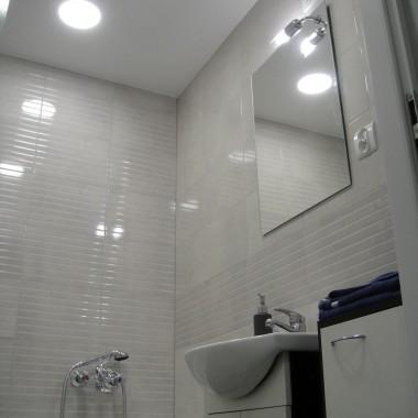 widok na wyremontowaną łazienkę