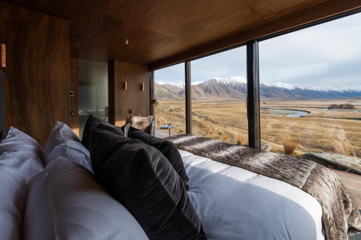 Domy i mieszkania, Nowozelandzkie domy zintegrowane z krajobrazem - W lokum znajdują się wszystkie nowoczesne i luksusowe udogodnienia: łazienka, łóżko king size, prywatna wanna na zewnątrz, zewnętrzny taras.  źródło: Shaun Jeffers/Photoshot/East News