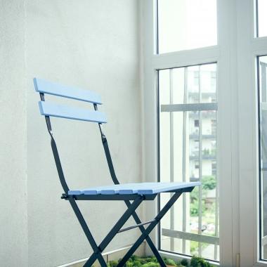 Mój miejski azyl, drabina zrobiona własnoręcznie, krzesełka IKEA pomalowane błękitną farbą ekologiczną.