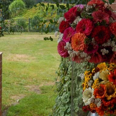 Eksplozja barw kwiatówIntensywność zapachówWolny czasMuzyka,taniec i zabawa Piękne ,słoneczne dniDojrzałość lata i młodość życiaJedno nie konkuruje z drugimLecz tylko uroku dodajeLato,młodość,radośćI wakacyjna Miłość co przyszła i już zostałaAni jesień Ani wiosnaA tyle ich już byłoSiły jej nie odebrałaPrzyszło dojrzałe lato i z czasem przeminieA Ty wciąż zakochanyW tej samej dziewczynie :)