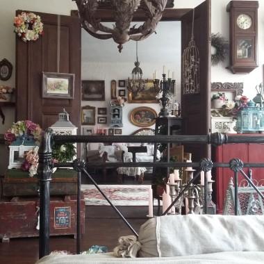 Sypialnia nieuleczalnej graciary. Bez aranżacji na okoliczność galerii. Stan do użytku codziennego.