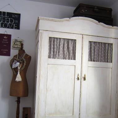 ...zmiany,zmiany....ktora z nas ich nie lubi:) przedstawiam Wam drogie deccorowiczki moja wymarzona szafe, na ktora polowalam ponad rok!! wreszcie sie udalo...no i prosze- oto ONA!!!:) plus pare innych nowosci w mojej sypialni... pozdrawiam cieplutko wszystkich odwiedzajacych...capraa