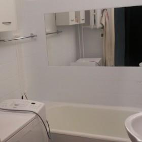 Łazienka po malowaniu płytek ceramicznych - blok z wielkiej płyt