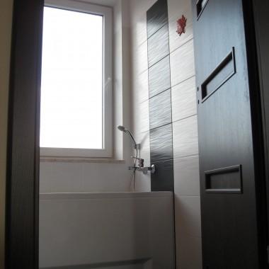 Łazienka ekonomiczna tanie materiały wybierane z GŁOWĄ ! Nie wielki koszt łazienki  wszystko kupowane w marketach i internecie . Sztuką to połączenie tych materiałów w wizualną całość  przyjemna dla oka czego dokonała właścicielka i dobre wykonanie czego dokonaliśmy MY Abc remonty oleba