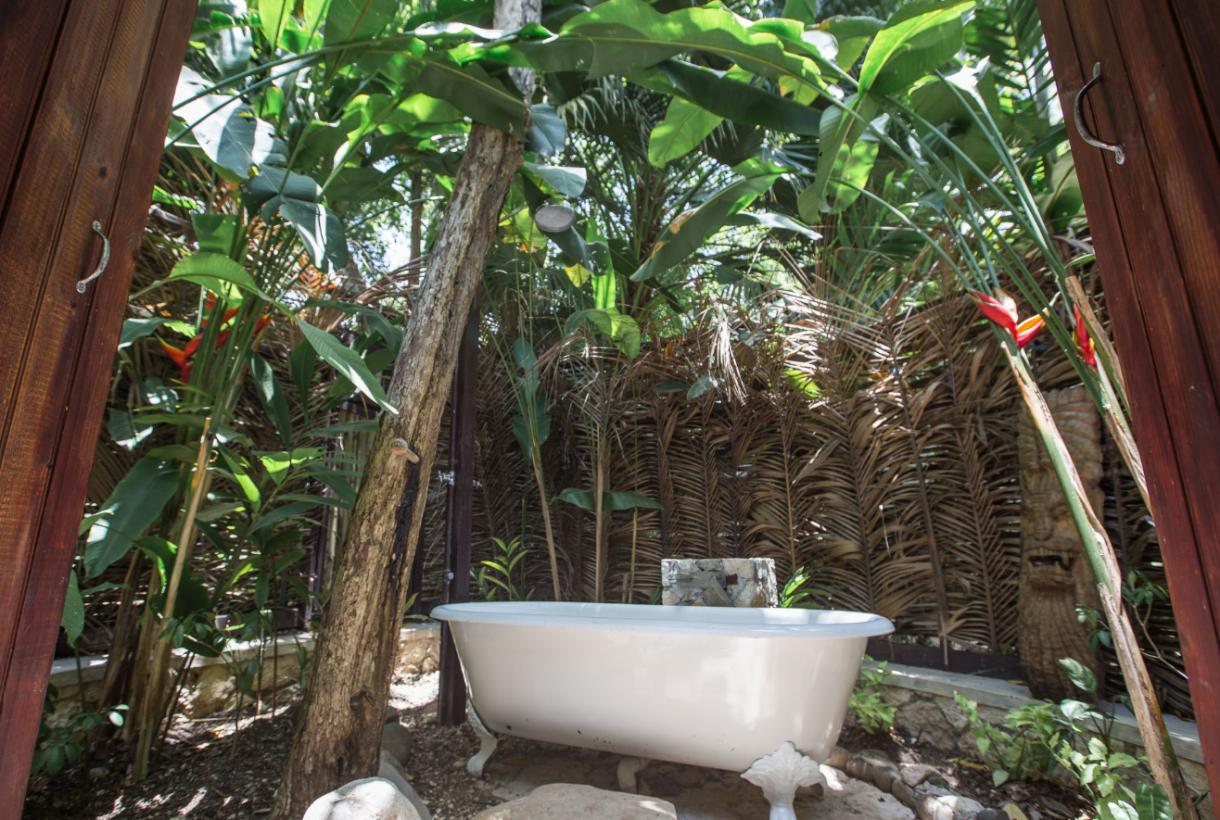 Domy sław, Willa Iana Fleminga na Jamajce wystwaiona na sprzedaż - W zależności od sezonu pobyt we Fleming Villa kosztuje od 6600 do 8500 dolarów za noc.  źródlo: Rex Features/East News