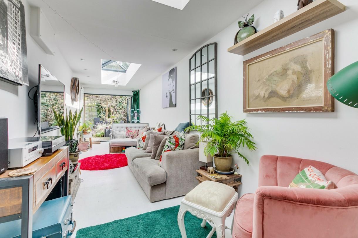 Domy i mieszkania, Dom węższy niż autobus - W salonie znajdują się takie detale, jak regał na książki na wysokim poziomie, część wypoczynkowa/telewizyjna, boczne drzwi na zewnątrz i składane drzwi, które otwierają się na mały, ale piękny ogród.  Fot.Jam Press/Sceon+Berne Property Agents / SplashNews.com/East News