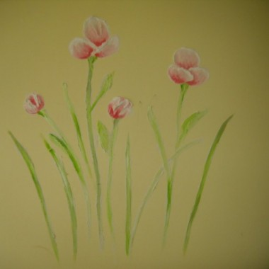 Artystyczne płaskorzeźby na ścianie kwiaty