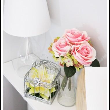 Po długim oczekiwaniu stanęła u nas wreszcie ścianka na tv. Mamy nadzieję, że nie przytłoczyła pokoju - dzięki niej koniec z kablami, sprzątaniem trudno dostępnych miejsc itd &#x3B;)Poza tym zakochałam się w bukiecikach ze sztucznych kwiatów i materiałem minky :)