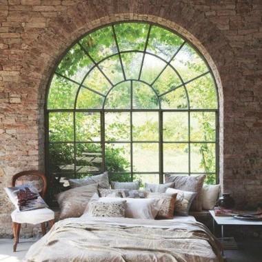 Cegła w sypialni jest świetnym pomysłem. Pomimo surowego, industrialnego charakteru może stworzyć wnętrze ciepłe, przytulne i bardzo gustowne.https://pl.pinterest.com/pin/157133474473430126/