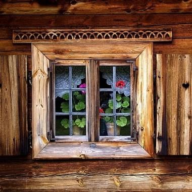 Okiennice stanowią piękną ozdobę domu i sprawiają, że staje się on ciekawszy oraz zyskuje stylowy wygląd. Ponadto, oprócz walorów estetycznych, okiennice spełniają niebagatelne funkcje użytkowe. W upalne dni doskonale chronią wnętrze domu przed promieniami słońca, natomiast w pozostałe stanowią zabezpieczenie przed deszczem, gradem, śniegiem, wiatrem, czy mrozem. Na mnie robią ogromne wrażenie, przypominają mi dzieciństwo - dom mojej babci zdobiły zielone drewniane okiennice.