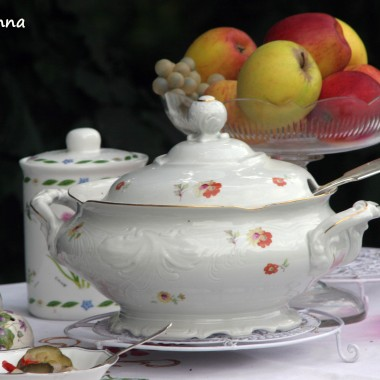 w wazie wspaniała zupa jarzynowa ze świeżych warzyw z ogródka