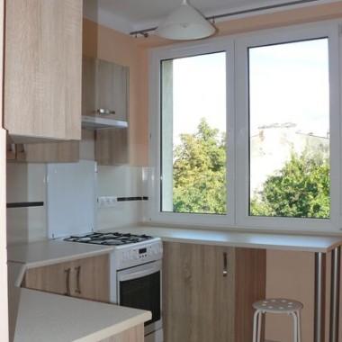 Przy oknie znajduję się kąt śniadaniowy. Po prawej stronie od okna miejsce na lodówkę