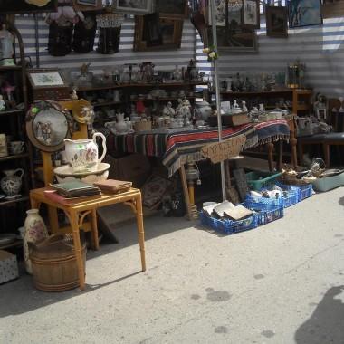 ................naczynie drewniane i ceramiczne ............figurki świętych.............