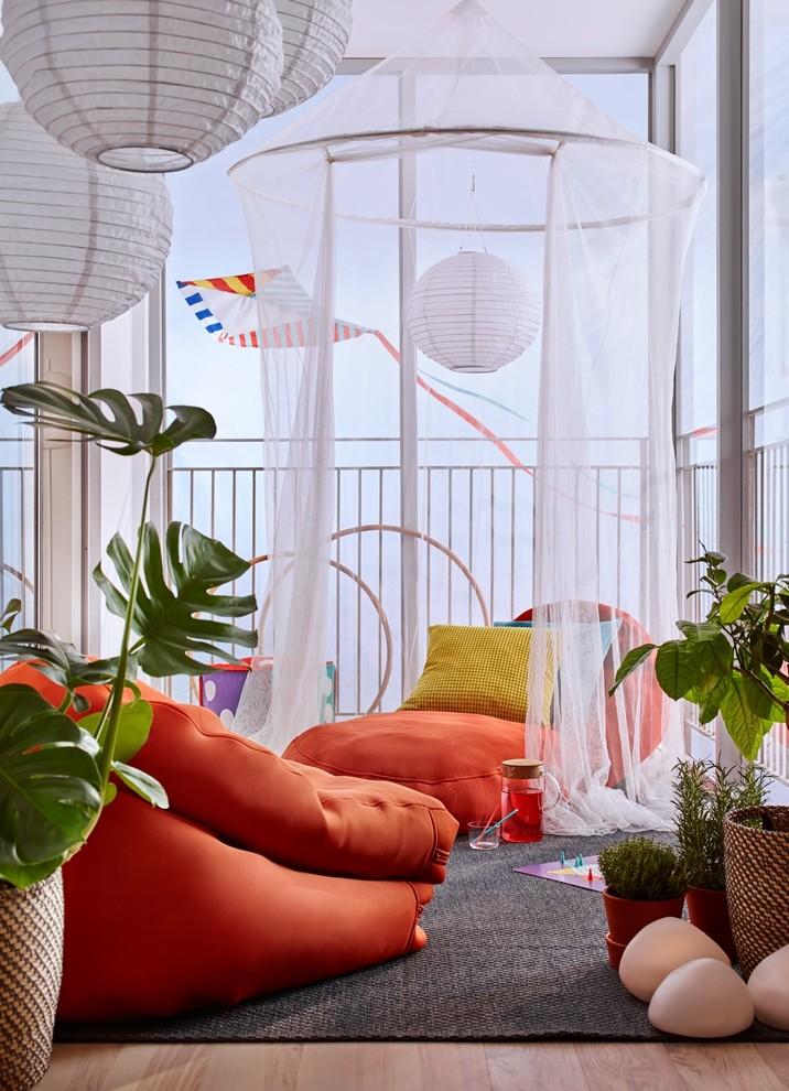 Balkon, Wiosenna odsłona ogrodu - BUSSAN - Pufa, pomarańczowy Cena: 299 PLN   http://www.ikea.com/pl/pl/catalog/products/30312910/?query=BUSSAN SOLVINDEN - Lampa wisząca na energię słoneczną LED, kula biały Cena: 39,99 PLN  http://www.ikea.com/pl/pl/catalog/products/20320208/ SOLIG - Moskitiera, biały Cena: 49,99 PLN  http://www.ikea.com/pl/pl/catalog/products/10148157/