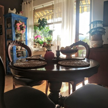 Moj dom nie jest monochromatyczny, a jesień jest dużym polem do popisu.  Królują barwy i rośliny które bardzo lubię :)