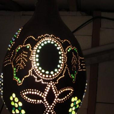 Wykonuj bardzo ładne lampy z tykwy. Tykwa jest pokryta impregnatem i lakierem ozdobnym. Wysadzana jest koralikami co nadaje przepiękny efekt po podświetleniu. światło to w zależności od lampy żarówka lub dioda. Mam kilka wykonanych lamp. Wykonuje również na zamówienie. Można mnie również znaleźć na allegro.pl