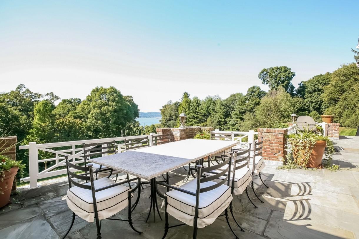 Domy sław, Michael Douglas i Catherine Zeta Jones kupili nowy dom - Masywny, brukowany taras, z którego roztacza się oszałamiający widok na Hudson Rzeka.   Fot. IMP FEATURES/East News