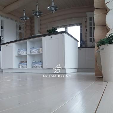 Dom z bala. Aranżacja wnętrza. Bielone podłogi.