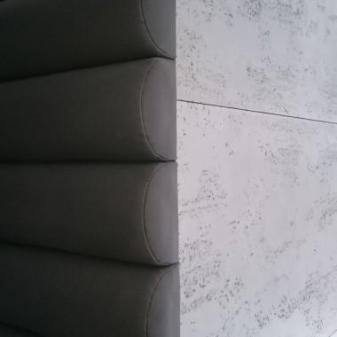 Co na ścianę w salonie? Beton architektoniczny w płytach .
