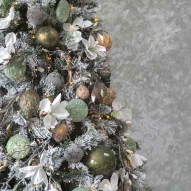 Boże Narodzenie to tradycja i niepowtarzalne piękno. Klimat świąt zamknięty w ponadczasowych ozdobach sprawi, że każde wnętrze nabierze nowego charakteru. Piękne choinki, wyjątkowe oświetlenie LED, a także oryginalne ozdoby i dekoracje: bombki, zawieszki, świąteczne figurki, ozdobne gałązki i stroiki wprawią wszystkich domowników w wyjątkowy klimat. Całość związana z trzema niebanalnymi, zróżnicowanymi kolekcjami: Wabi Sabi, Metropolitan oraz Modern Loft.materiał prasowy