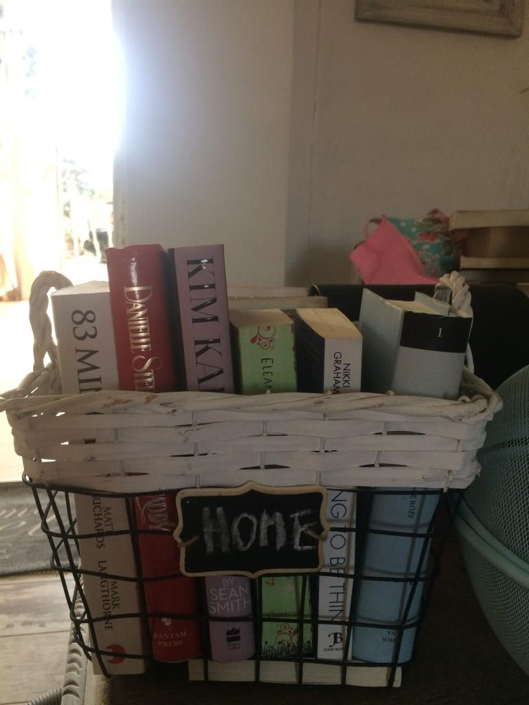 Kuchnia, kosze vintage - jeden przeznaczyłam na książki , bo tak na prawde mozemy sami sobie znależć zastosowania różnych przedmiotów zależnie od chwili i potrzeby