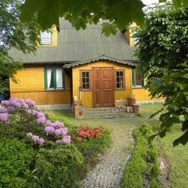 tak wyglądał nasz drewniany, słoneczny domek otoczony zielenią