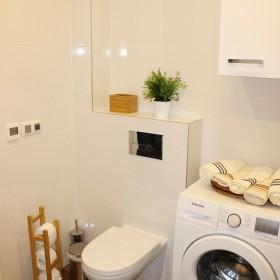 Łazienka biel i drewno