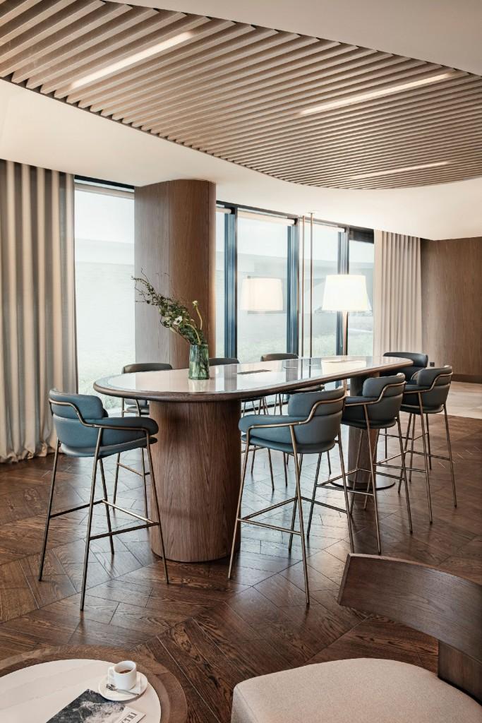 """Pozostałe, Pierwszy w Polsce Hilton Resort - Te spójne, ale intrygujące formy, kolory i faktury, zastosowane w całym obiekcie, dają poczucie komfortu, pozwalając jednocześnie postrzegać przestrzeń w sposób wielowymiarowy."""" - mówi Łukasz Pisarek, główny architekt Zdrojowa Invest.  Urządzony z najwyższą starannością, Hilton Resort & SPA stanowi idealne miejsce dla tych, którzy cenią sobie chwile relaksu w otoczeniu sztuki i światowej klasy designu. Aby zapewnić poczucie luksusu wśród materiałów najwyższej jakości, wiele powierzchni w hotelu zostało pokrytych konglomeratem kwarcowym Silestone by Cosentino, w jednym z jego najbardziej eleganckich odcieni - Eternal Calacatta Gold. Materiał ten, zastosowany na wielu płaszczyznach o łącznej powierzchni blisko 700m2, stworzył w połączeniu z różnorodnymi teksturami i ciepłymi tonami drewna niezwykle stylową przestrzeń."""