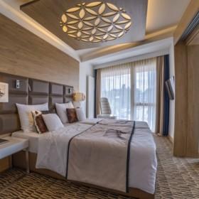 Jak ozdobić pustą ścianę w minimalistycznej, eleganckiej sypialni?