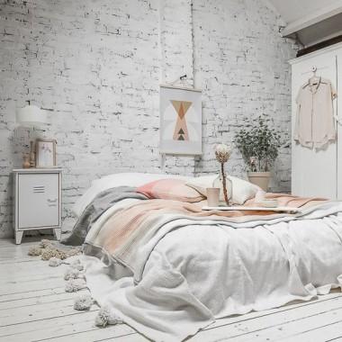 Cegła w sypialni jest świetnym pomysłem. Pomimo surowego, industrialnego charakteru może stworzyć wnętrze ciepłe, przytulne i bardzo gustowne.https://pl.pinterest.com/pin/311803974194439872/