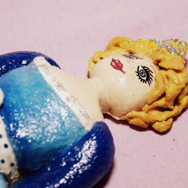 Osobista księżniczka z masy solnej.Pieczenie - 3,5 godzinyMalowanie: farby plakatowe (czas malowania 6 godzin)Pozostałe ozdoby: brokat do paznokci, białe sztuczne perełkiLakierowanie: 3-krotne