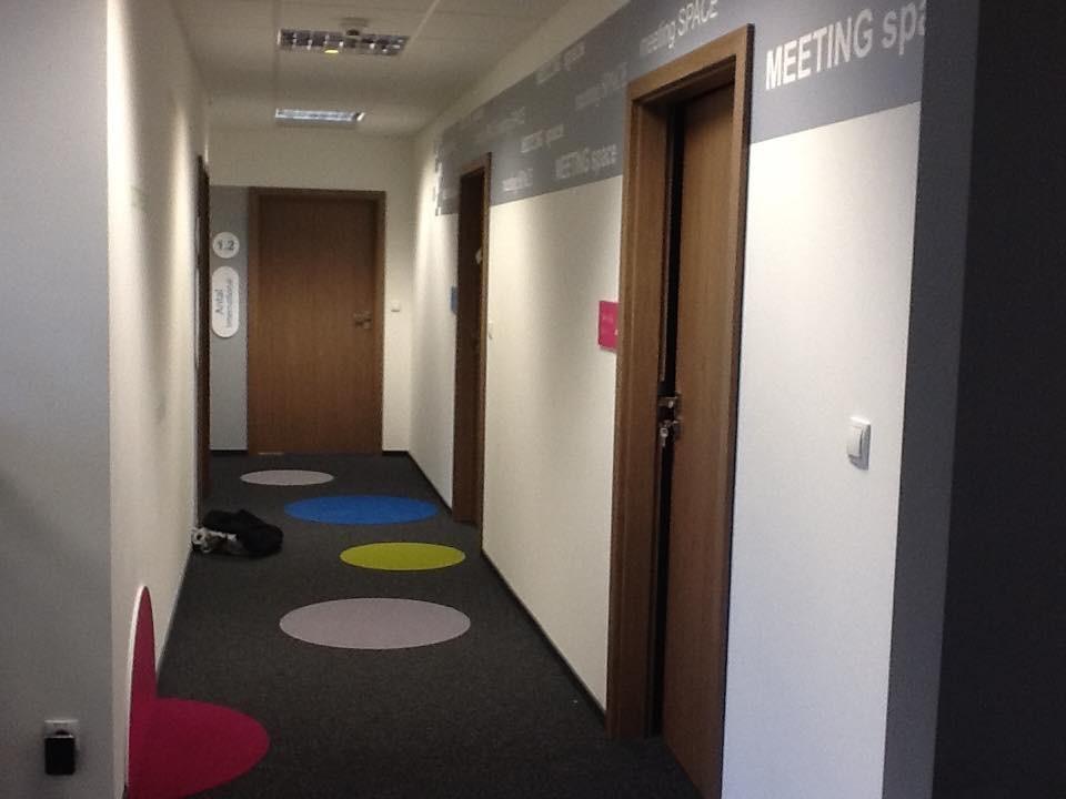 Gabinet, Kolorowe biuro Work Service Poznań - Korytarz.