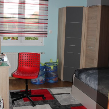 pokój dziecięco-młodzieżowy - szarość i czerwień