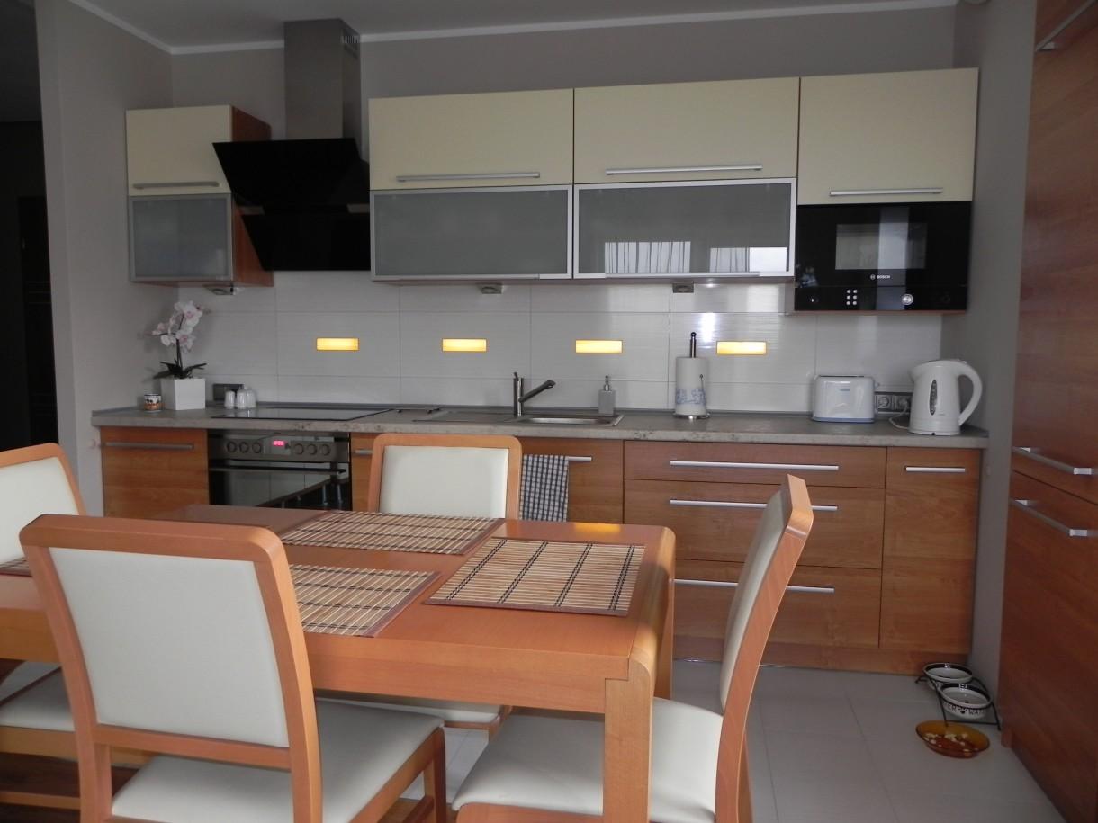 Kuchnia, aneks kuchenny - stół oddziela aneks od pokoju
