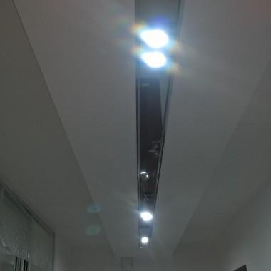 Sufit podwieszany z podświetleniem.