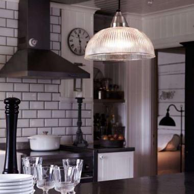 Oglądamy dziś różne kuchnie, wszystkie stylowe i przytulne. Nieważne czy wolicie nowoczesne wyposażenie czy takie w stylu retro – kuchnia jest sercem domu i najważniejsze by wszyscy domownicy czuli się w niej dobrze. Dla nas sposobem na to jest pyszna herbata, wygodne miejsca do siedzenia, pachnące zioła w doniczkach i oczywiście przyjemne światło :) Dajcie znać czy macie swoje sposoby na codzienne spotkania rodzinne w Waszej kuchni &#x3B;)