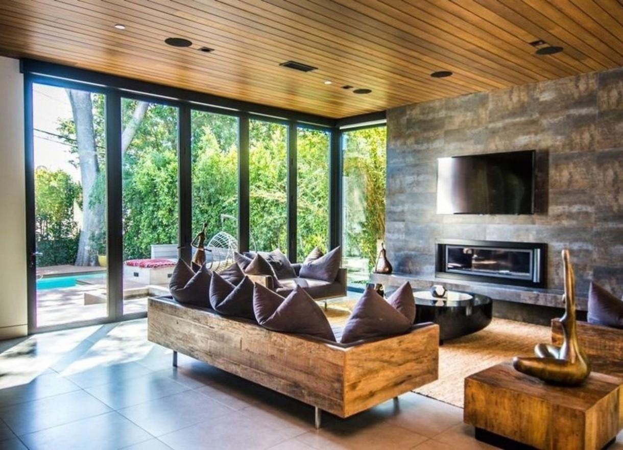 Domy sław, Anna Faris kupiła ekologiczny dom - Zamiast tradycyjnego salonu, dom ma po prostu ogromny pokój z ogromnym kominkiem, który łączy kuchnię, jadalnię i pokoje rodzinne w jedną wyjątkowo dużą przestrzeń na otwartym planie.   źródło: IMP FEATURES/East News