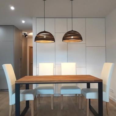 Projekt wnętrza nowoczesnej kuchni i jadalni z wykorzystaniem designerskich, ręcznie wykonanych lamp z tektury falistej.
