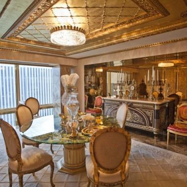 Miliarder, biznesmen, polityk. Świeżo upieczony 45. prezydent elekt Stanów Zjednoczonych Ameryki. Jedni go uwielbiają, inni nienawidzą, jak nikt wzbudza kontrowersje. Zobaczcie, jak wygląda jego apartament, z którego już w styczniu przeprowadzi się on do oficjalnej rezydencji prezydentów USA. Coś nam podpowiada, że Trumpowi może być ciężko rozstać się ze swoim wyjątkowym apartamentem. Po co komu Biały Dom, skoro można mieć… złoty? via idesginarch.com/Getty/DailyMail