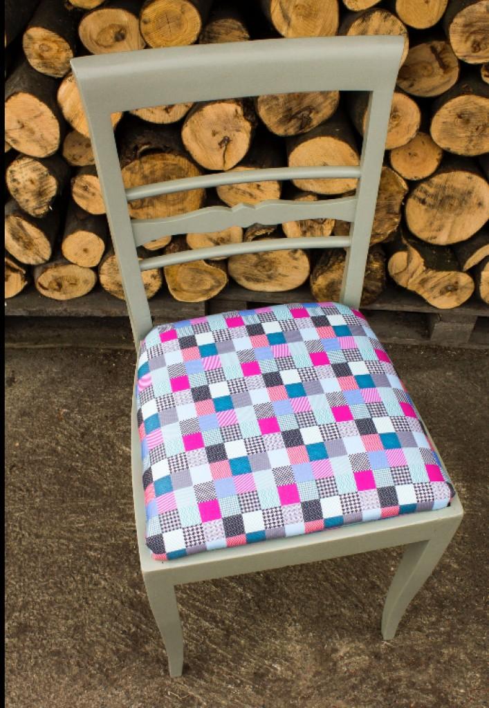 Pozostałe, Krzesła kolorowe - Stare drewniane krzesło, ręcznie malowane, w odcieniu szarości, z zupełnie nowym siedziskiem wykonanym z gabardyny.  Wymiary:  Wysokość: 90 cm Szerokość: 44 cm Głębokość: 43 cm  Do stylizacji użyłyśmy farby marki Tikkurila, wosku Annie Sloan oraz materiału marki Cottonbee.  Materiał: Drewno, obicie siedziska - GABARDYNA, bawełna 100%
