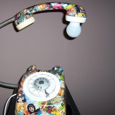 Dwa telefony w komiksowe postacie