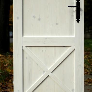 Rustykalne drzwi DIY:http://dekostacja.pl/2017/12/01/rustykalne-drzwi-diy/