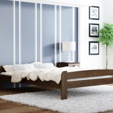 W sypialni musi być przytulnie, dlatego warto zdecydować się na łóżko podkreślające naturalny kolor drewna. Taki mebel skomponuje się we wnętrzu, oddając pierwsze skrzypce innym meblom i dodatkom. Fot. Meble Magnat - łóżko Ania w kolorze orzecha.