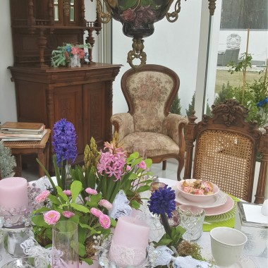 Nakrycie stołu w ogrodzie zimowym i kwitnący biały bez...