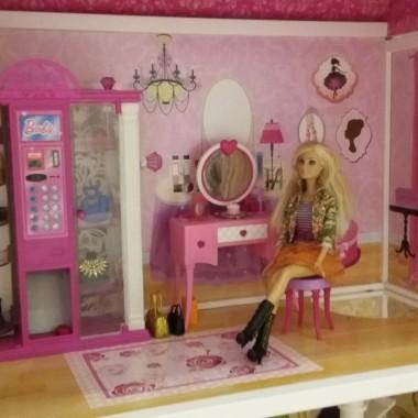 Moja córeczka skończyła właśnie trzy latka, jest fanką lalek Barbie z którymi codziennie odgrywa scenki :) W przyszłości chce zostać pilotem i drugą jej pasją są samoloty :) Poprzednia wersja pokoju wydawała mi się zbyt dziecinna wiec postanowiłam coś pozmieniać i dodać pokoju delikatności. Oczywiście wszystkie kolory i dekoracje uzgadniała z córką która oznajmiła,że chce pokój w kolorze pink :) aby jednak pokój nie był tak cukierkowy dodałam element szarości na jednej ze ścian który oddzieliłam listwą od tapety w kolorze pudrowego różu w delikatne groszki. Utrudnieniem był metraż 8 m kw lecz moim zdaniem wszystko co potrzebne małemu dziecku znajduje się w pokoju a jeszcze jest dużo miejsca do zabawy. Zapraszam do oglądania :)
