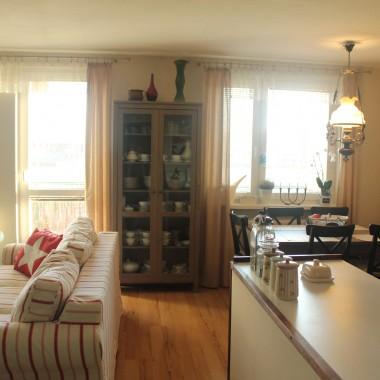 pokój dzienny z jadalnią i kuchnią